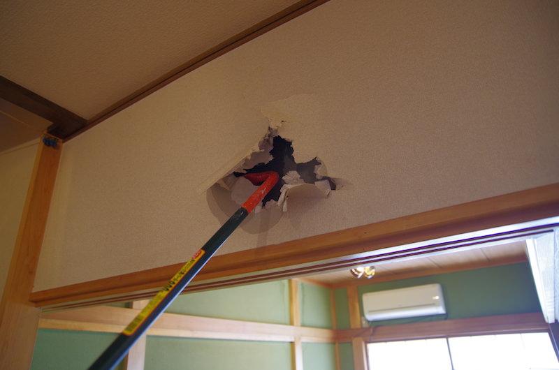 バールで壁に穴を開ける