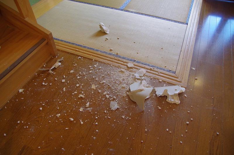 崩れる石膏ボード