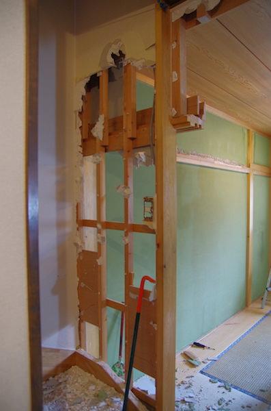 階段下の壁を解体