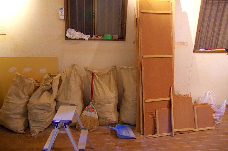 和室天井解体で出たガレキ