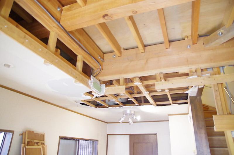 洋室天井解体開始