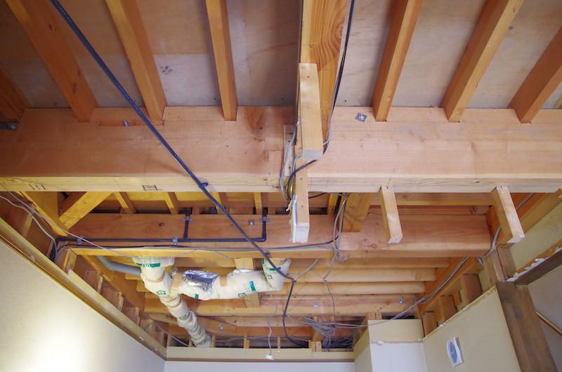 ぐっちゃぐちゃの天井裏配線