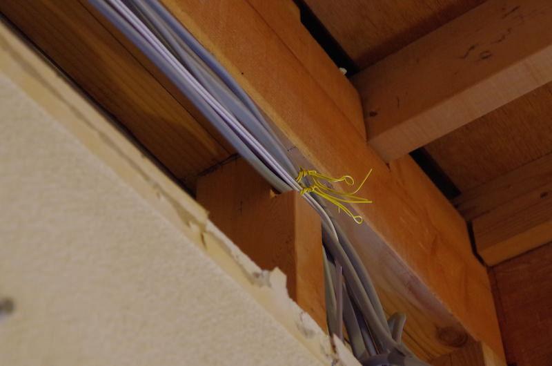 配線を壁内に納めるために柱を切り欠く