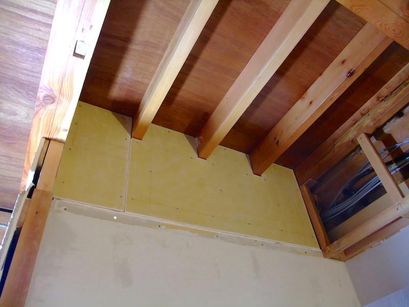 間仕切り壁上の下地に石膏ボードを張った