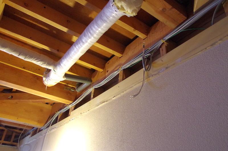 配線を覆うように壁を作る