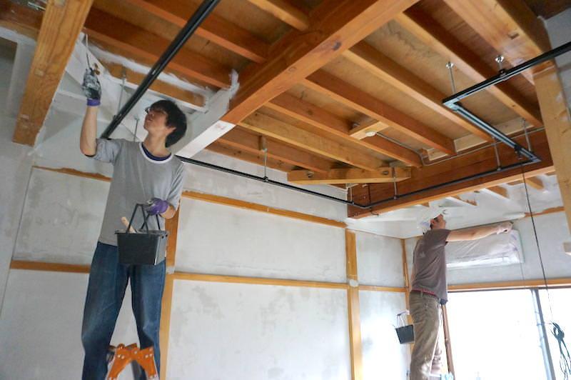 手分けして天井塗装