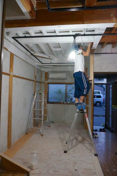 手と首を上げ続けての天井塗装はシンドイ