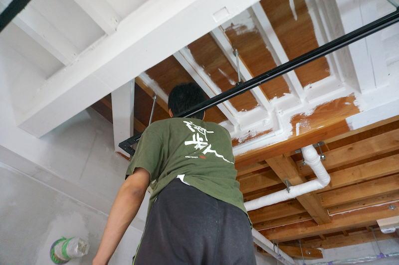 2日目。洋室天井を塗り始める