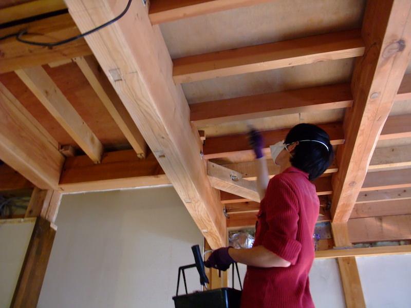 天井の木材にシーラーを塗る
