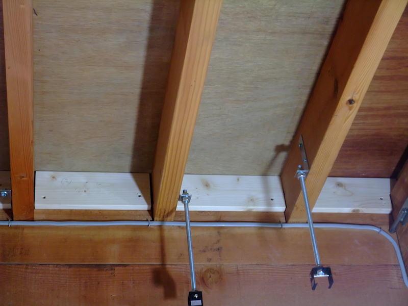 1×4材で天井の隙間を塞ぐ