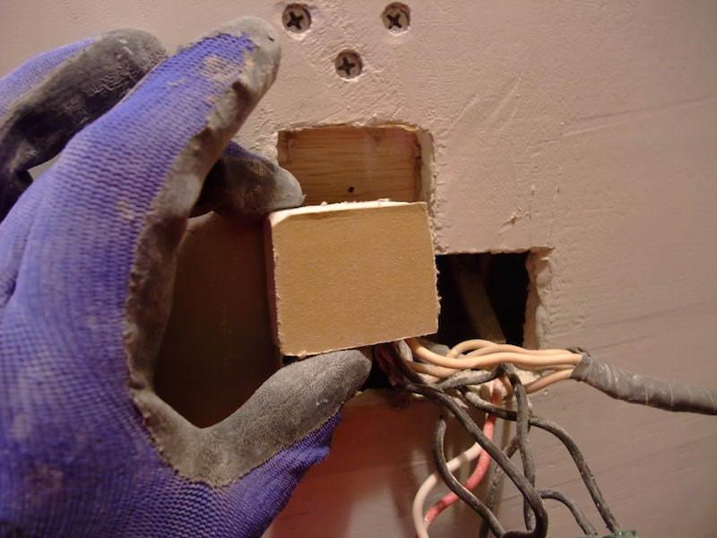 塞ぎたい穴のサイズに合わせて石膏ボードを切る