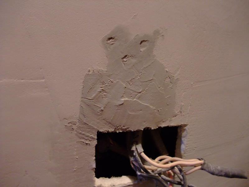 溝とビス穴をパテで埋める