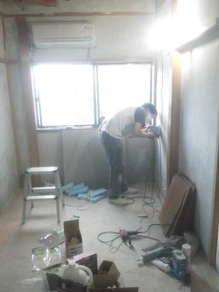 パテ壁に電動サンダーをかける
