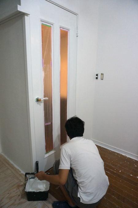 ドアを刷毛で塗装