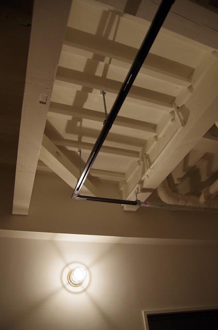 ブラケットライトの作る表し天井の陰影
