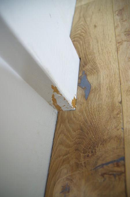 押し込む時に柱に擦れて一部塗装が剥げてしまった