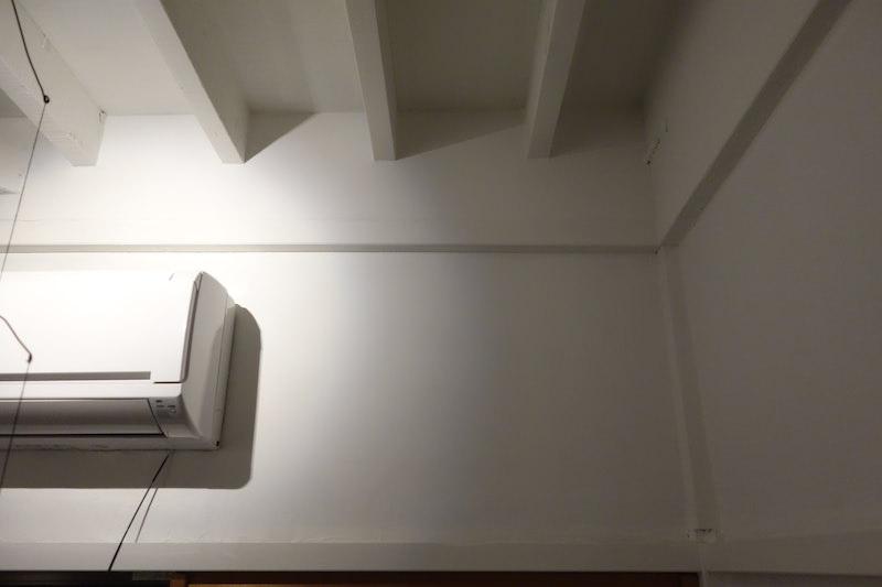 エアコンの横のスペースに棚を設置する