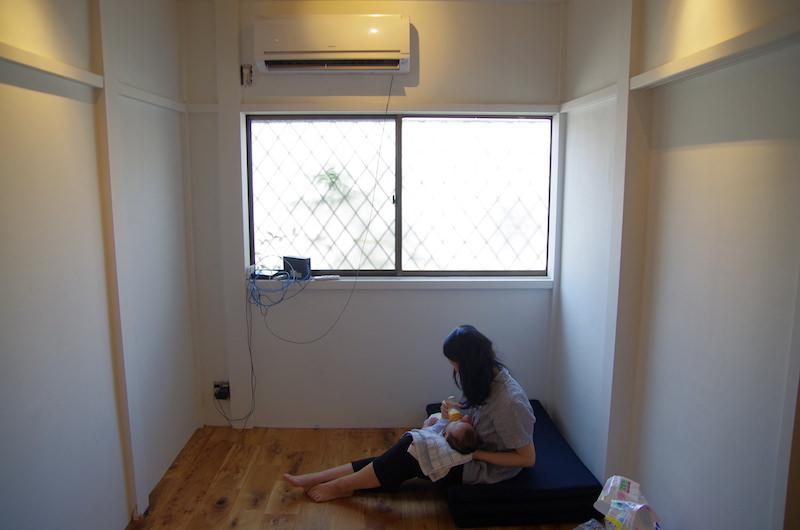 エアコンの裏から出る光回線と置き場のないルーター