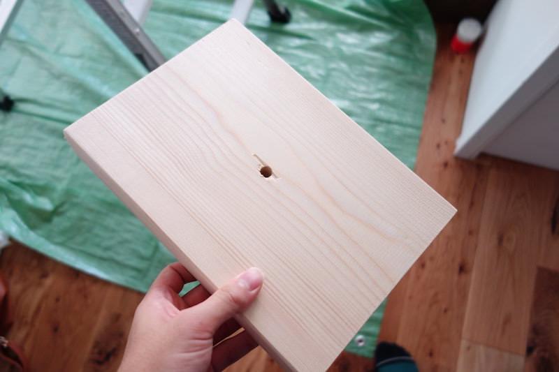 配線用の穴を開けた板