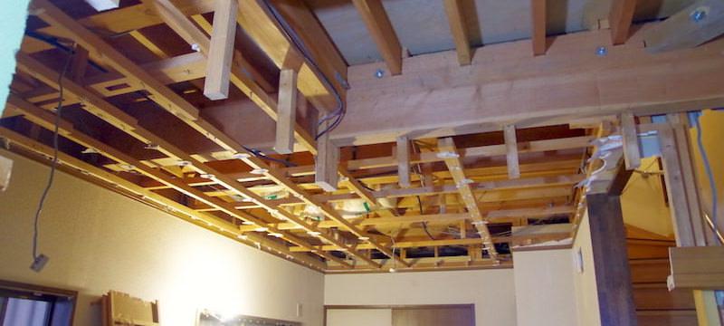 洋室の天井を解体する