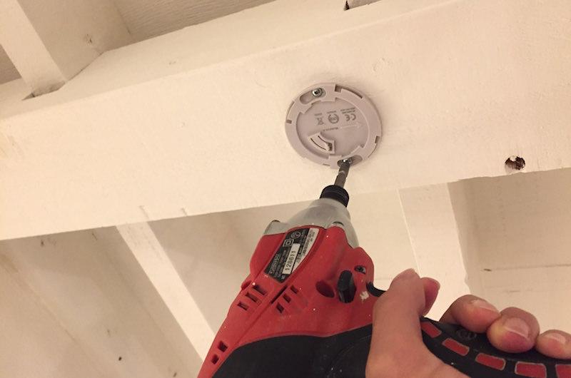 アタッチメントを天井に取り付け
