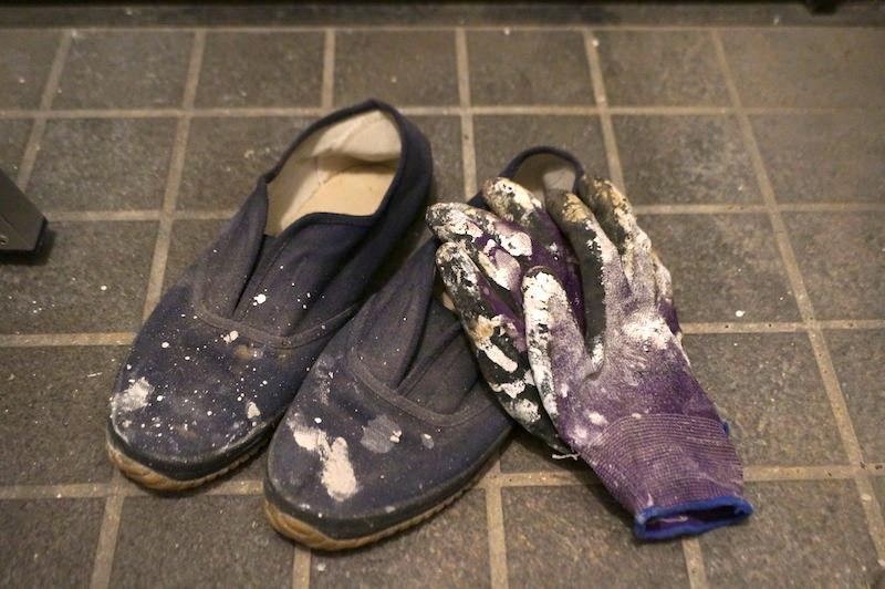 セルフリノベ使用後の手袋と上履き