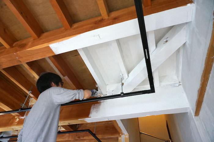 こんなに変わった!DIYで天井を塗装。下準備や注意点も解説