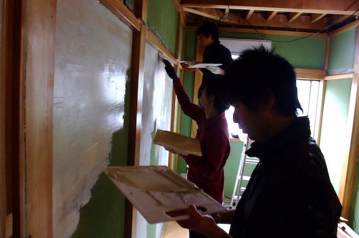砂壁とビニールクロスの上からパテを全面塗ってフラットな壁を作る