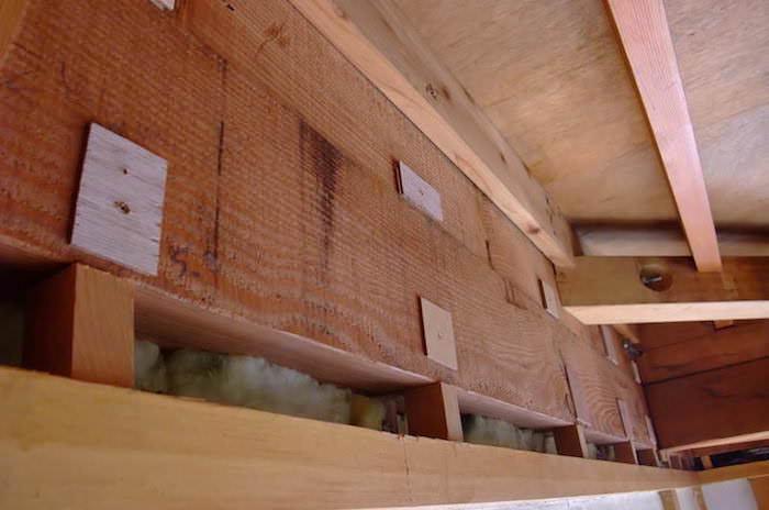 天井解体後の壁作り。歪んだ梁には薄ベニヤで不陸の調整してから壁を張る