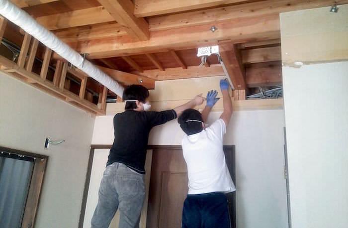 木組みの下地に石膏ボードを固定し壁を塞ぐ