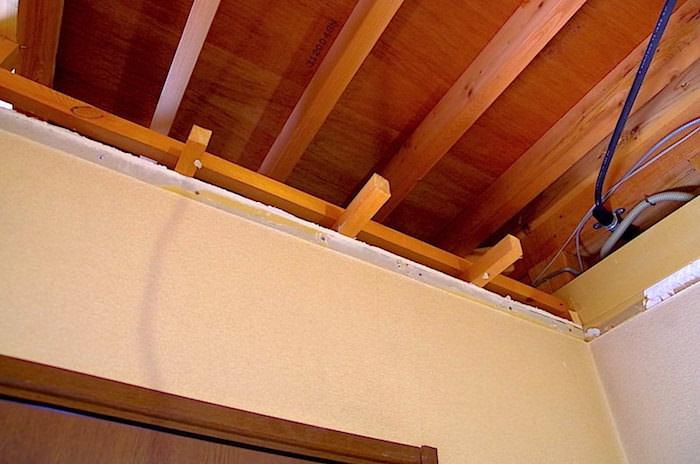 部屋の天井を抜いた後の補修。間仕切り壁を作るための下地を組む