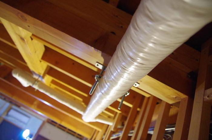 天井解体で出てきた配管の見栄えを配管保護テープで整える