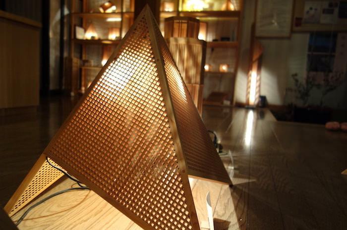 組子から漏れる優しい光。米沢市「林木工芸 木のあかりギャラリー」の美しい照明
