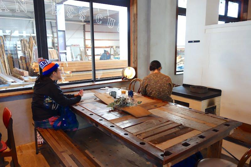 カフェから見える木材売り場