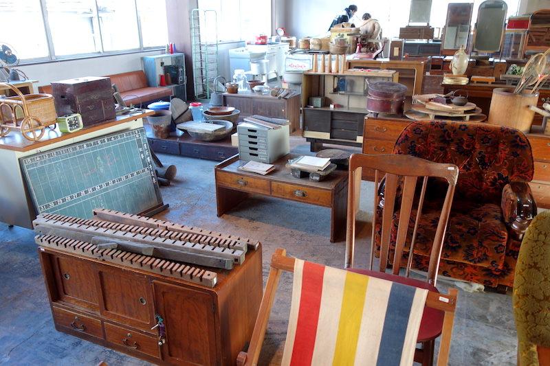 2階古道具売り場を見渡す