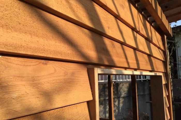 小屋に羽目板の外壁を張る