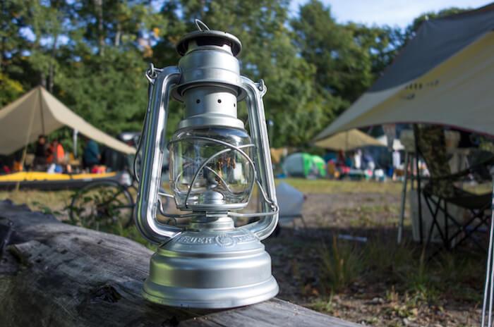 キャンプの夜を贅沢な空間に。「フュアーハンドランタン」を購入したので質感、明るさ、使い方をレビュー