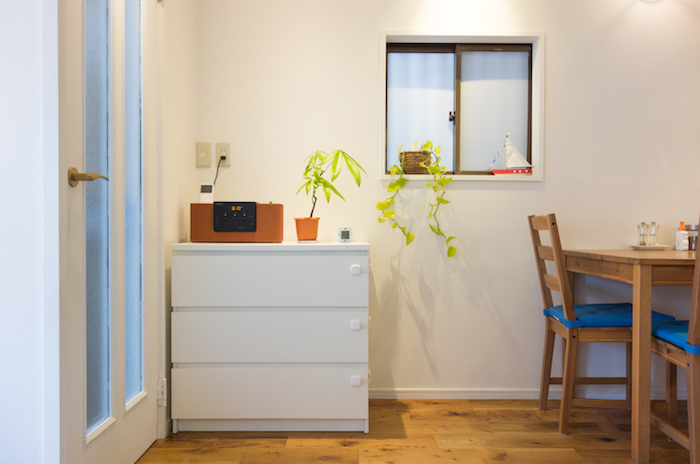 家具を好きなカラーに塗り替えよう!IKEAの黒いチェストを白くペイントしてみた