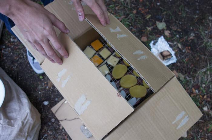 キャンプ場で作れる即席ダンボール燻製機の作り方