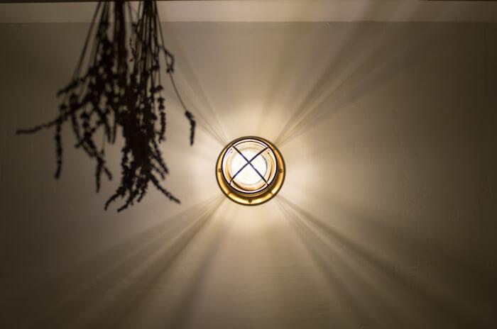 アイリスオーヤマのフィラメント型LED電球は安価で色味が素晴らしいが影をハッキリ出したい場所では不向き