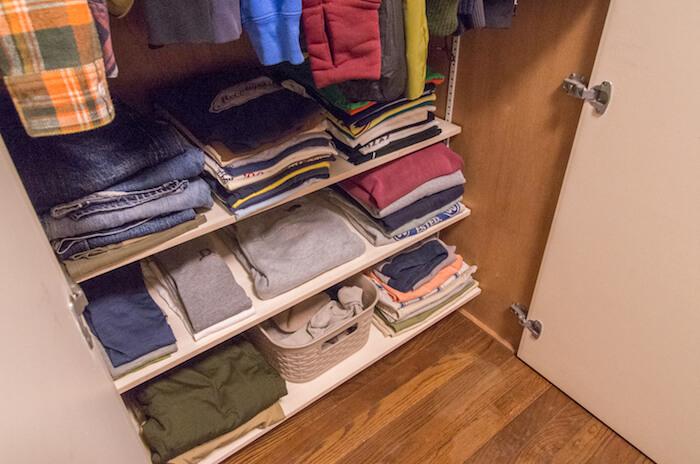 クローゼットの中に可動式の棚を作って収納を整えるDIY