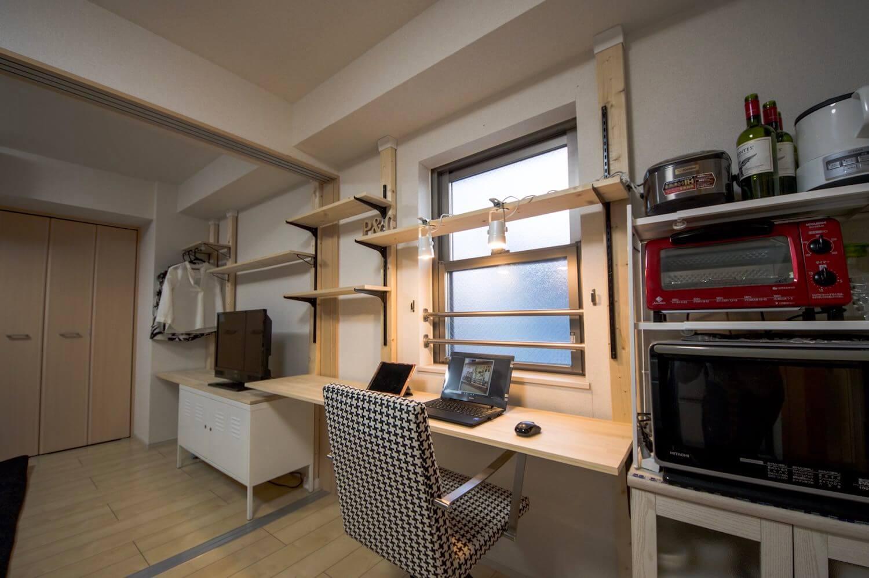 デスク・テレビ台・棚・クローゼットの機能を含めた2部屋に跨る壁面収納が完成