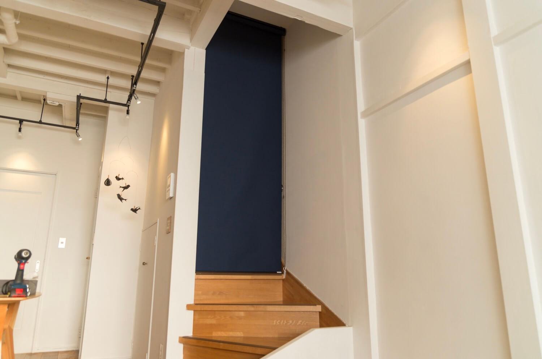 リビング階段が寒すぎるのでロールスクリーンとカーテンを取り付けて暖房