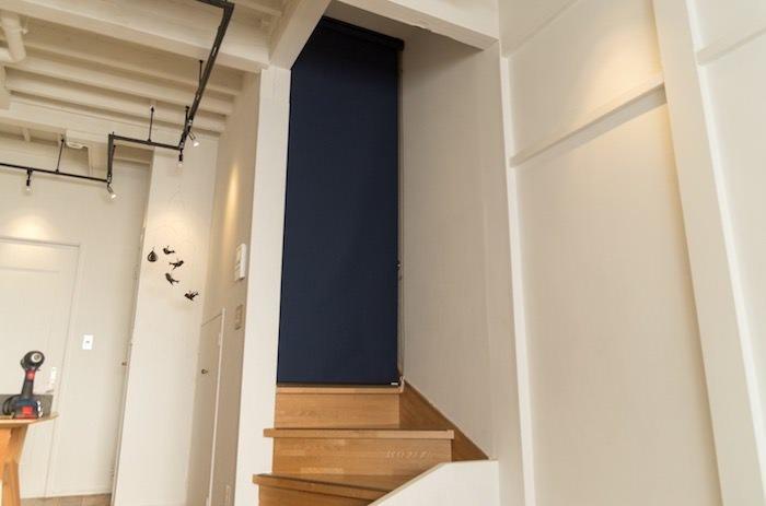 リビング階段が寒すぎるのでロールスクリーンとカーテンを取り付けて暖房効率を上げる