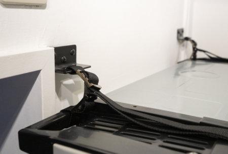 【冷蔵庫の耐震対策】地震で倒れないよう転倒防止ベルトを付ける