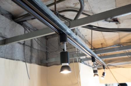 天井下地の軽量鉄骨材(軽天・LGS)にライティングレールを取り付ける