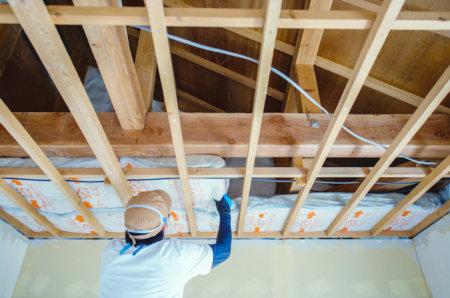 暑過ぎる部屋の天井を剥いで、天井裏に断熱材を入れる
