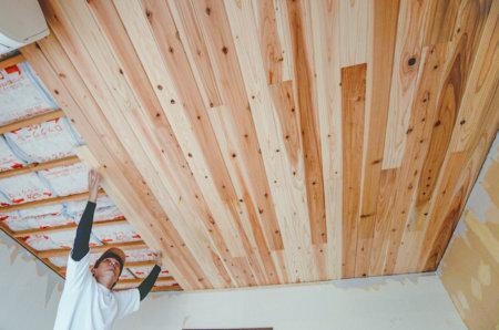 天井に羽目板をDIYで貼る方法。無垢の木の天井で落ち着いた雰囲気に仕立てたい