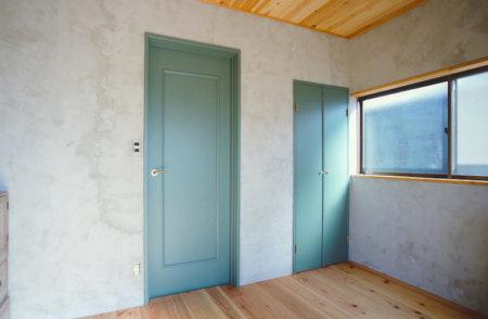 今あるドアにペンキを塗るだけで別物に!手軽にドアの色を変える