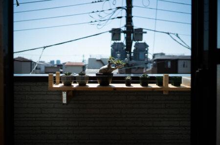 日当たりの良いベランダの柵にDIYした植物棚を取り付ける